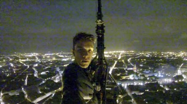 Il escalade la cathédrale de Strasbourg de nuit - Pokaa
