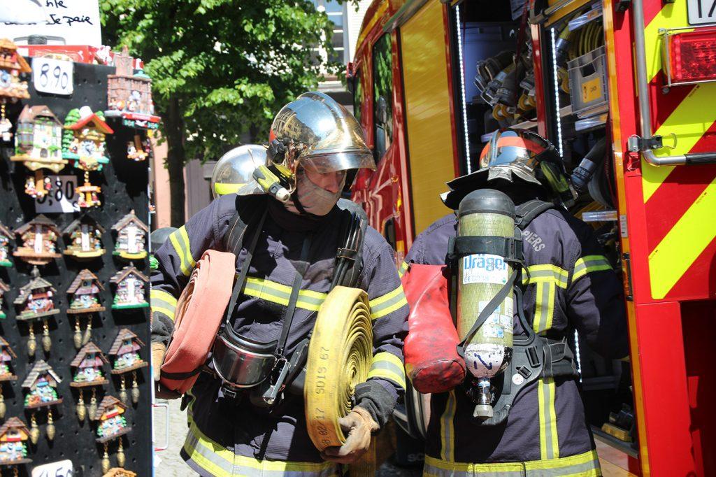 Les pompiers sortent les tuyaux