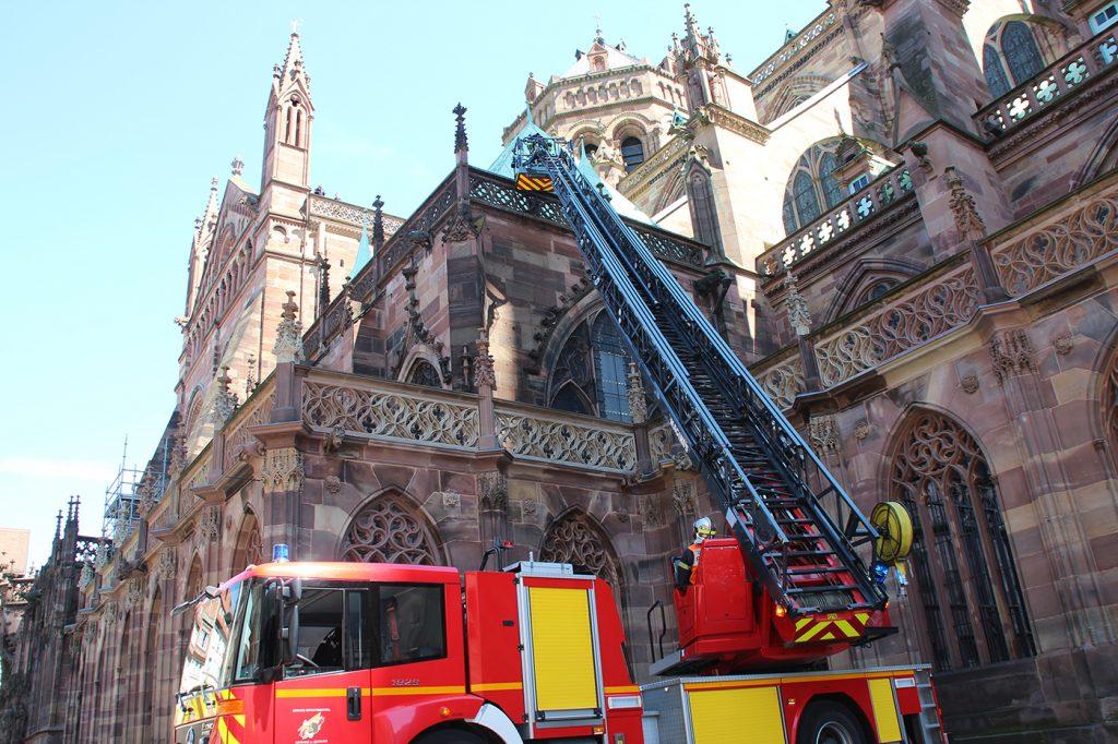 Echelle déployée par les pompiers