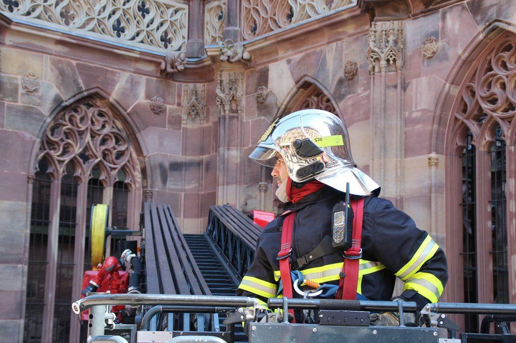 Un pompier à la cathédrale de Strasbourg
