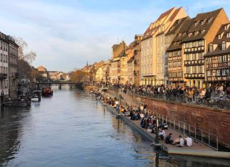 Strasbourg vue des quais des bateliers sous le soleil