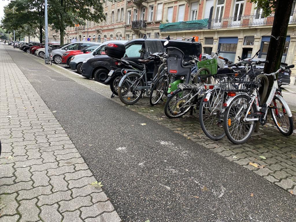 Une piste cyclable et un trottoir trop proches