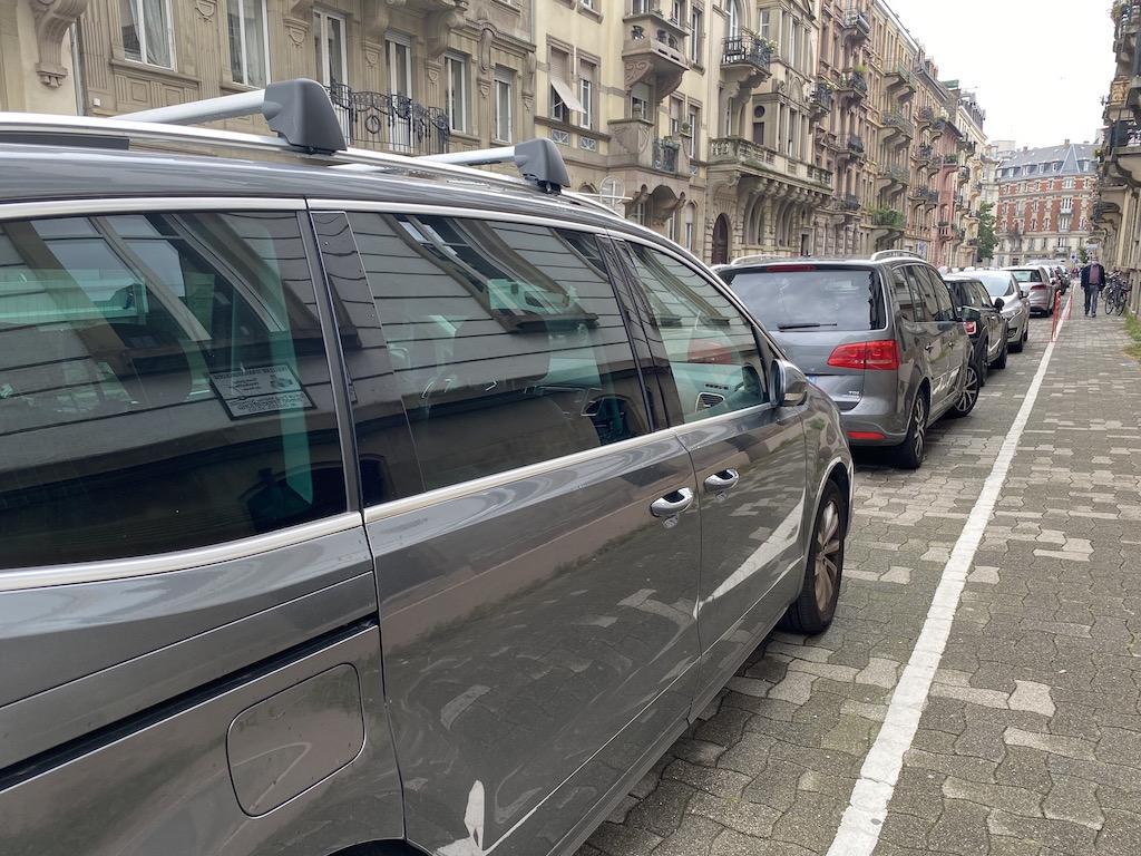 Des voitures garées sur le trottoir