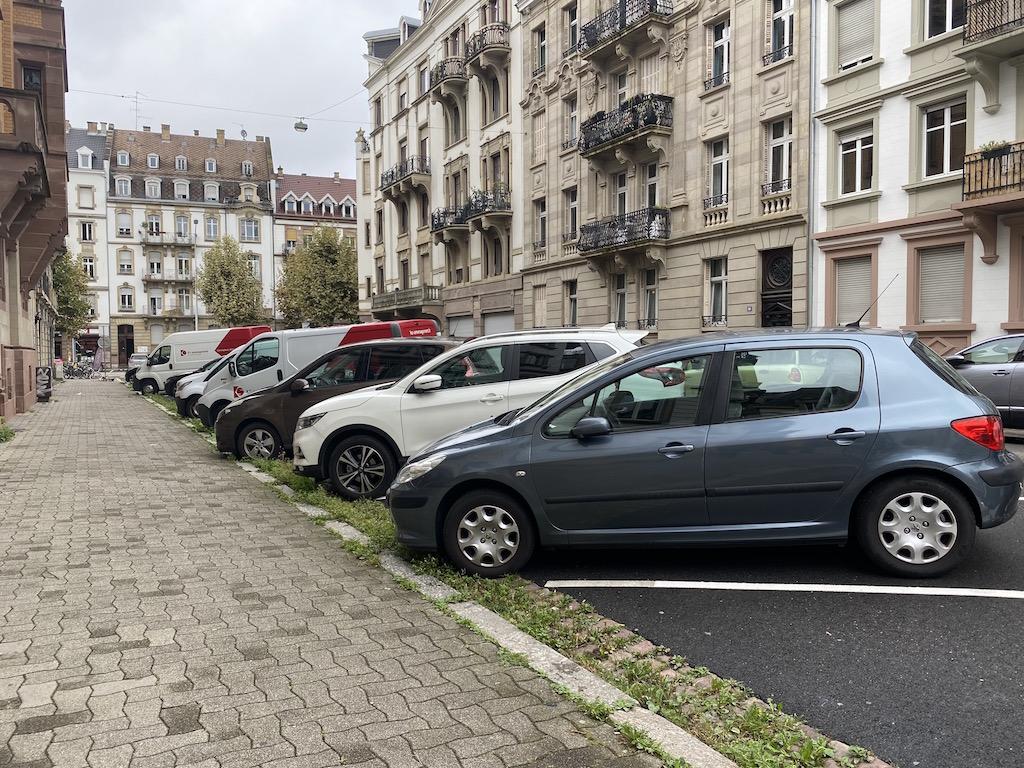 Des voitures qui prennent toute la place sur la chaussée